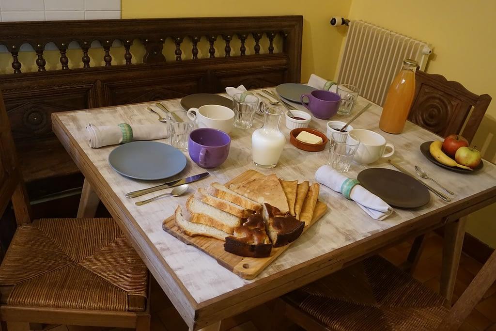 petit dejeuner dans la cuisine des chambre d'hotes