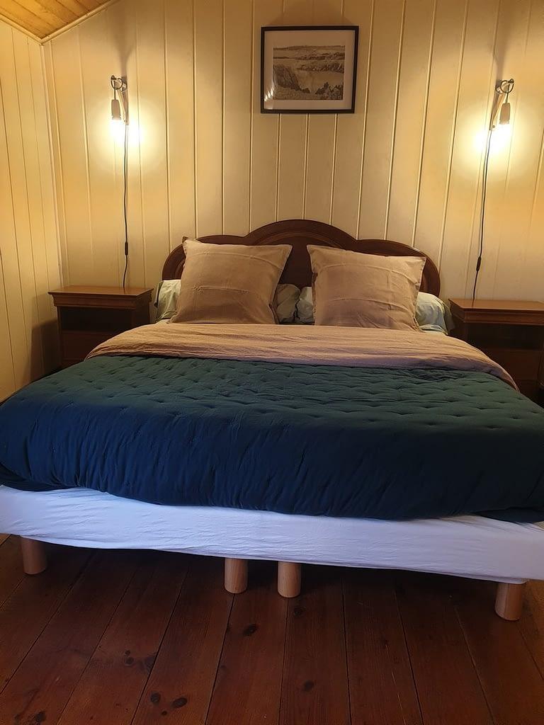 lit double d'une chambre familiale a douarnenez