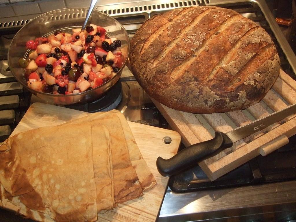 Salade de fruits, crêpes et pain au levain petit déjeuner chambre d'hôtes